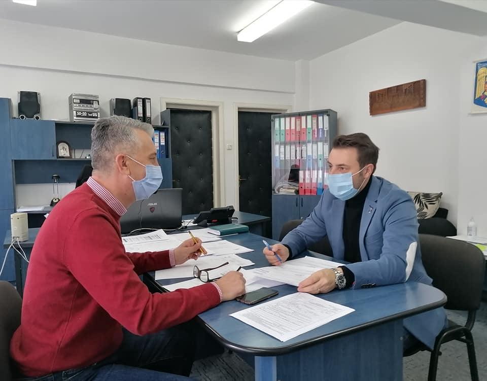 Directorul executiv al DSP Vrancea, dr. Cătălin Bunghez, întrevedere cu primarul comunei Soveja, Ionuț Filimon post thumbnail